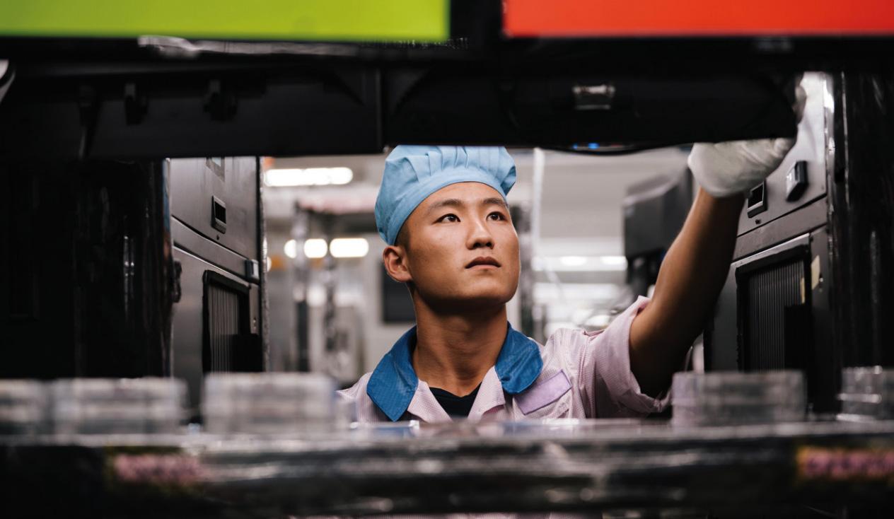 Trabajador de una fábrica de Apple