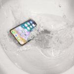 iPhone X caído en el WC