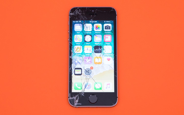 iPhone SE roto tras una prueba de varias caídas
