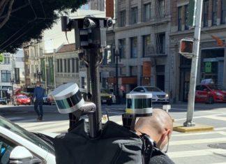 Hombre con la mochila de Apple Maps