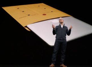 Tim Cook y MacBook Air original en el Evento de presentación del iPad Pro todo pantalla, del Mac mini y del MacBook Air Retina