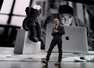 Tim Cook sobre el escenario, presentando el nuevo MacBook Air