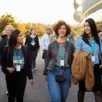 Mujeres desarrolladoras que asisten al Apple™ Park para la primera sesión del campamento de emprendedores