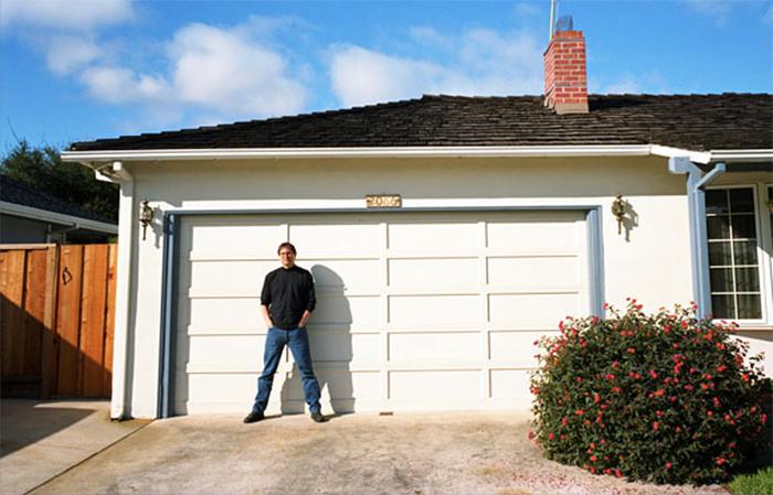 Steve Jobs delante del garaje en donde todo empezó para Apple