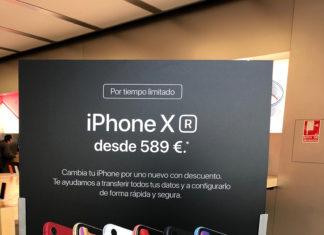 iPhone XR promocionado en una Apple Store con un descuento entregando un iPhone antiguo