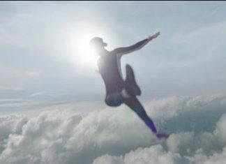 Chica volando con un Apple Watch series 4