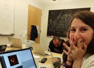 Katie Bouman con un MacBook, enseñando la primera foto de un agujero negro