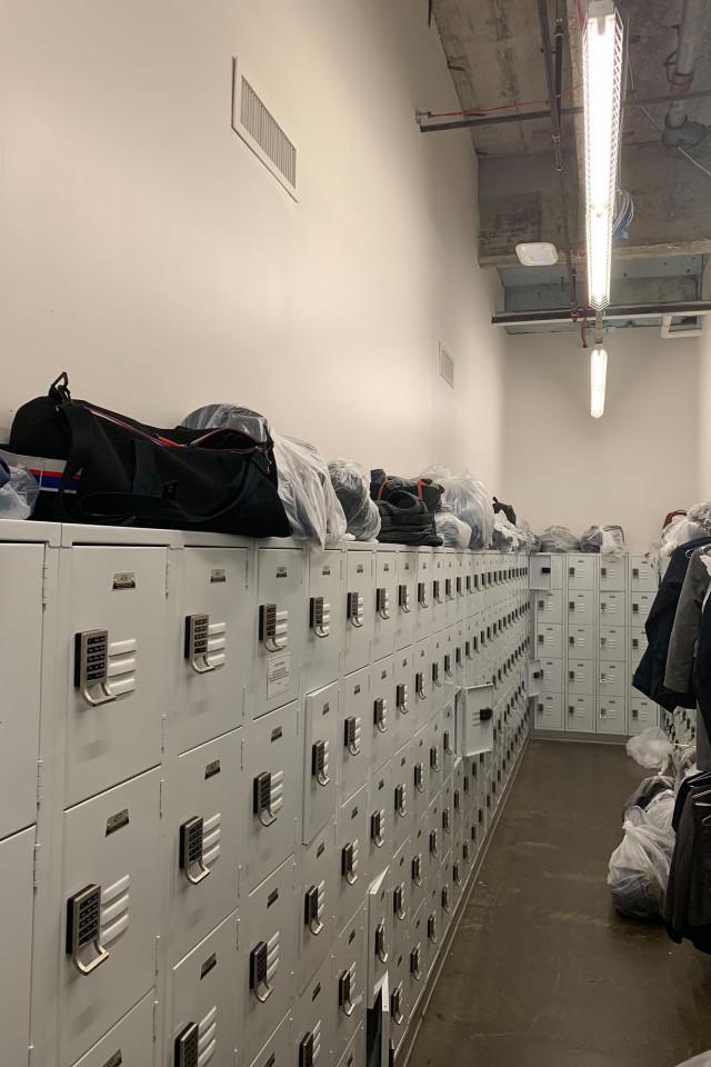 Pertenencias de los empleados en bolsas de plástico