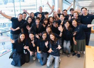 Deirdre O'Brien, responsable de tiendas físicas, en la Apple Store de Hong Kong