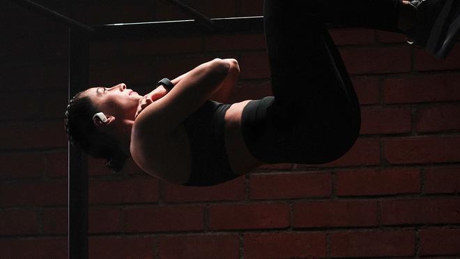 Powerbeats Pro en una chica haciendo deporte