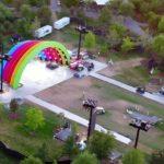 Escenario con los colores del arcoíris en el Apple™ Park