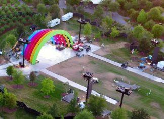 Escenario con los colores del arcoíris en el Apple Park