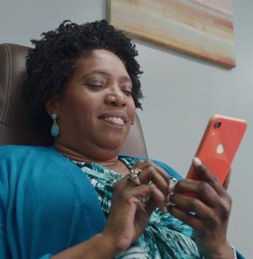 Privacidad en el iPhone Mujer riéndose