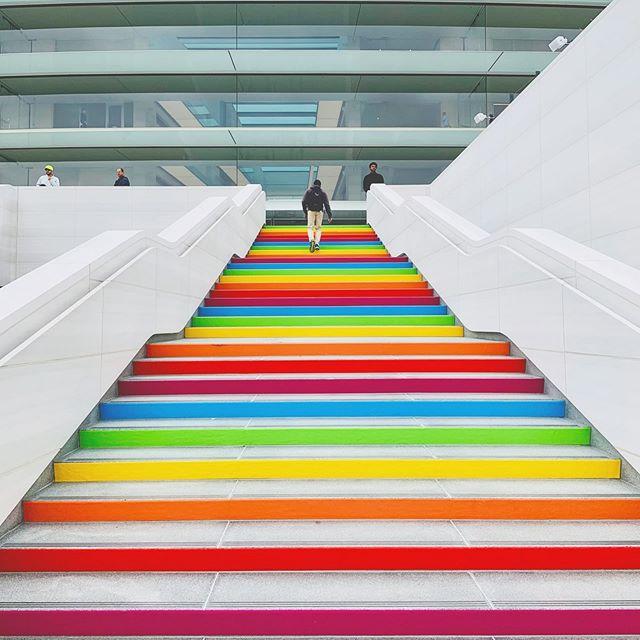 Decoración en el Apple Park con los colore del arcoíris del antiguo logo de Apple