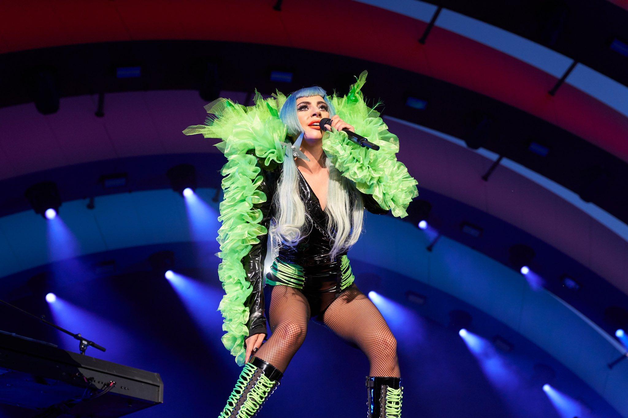 Lady Gaga cantando en el Apple Park (concierto de Apple, inauguración del Apple Park)