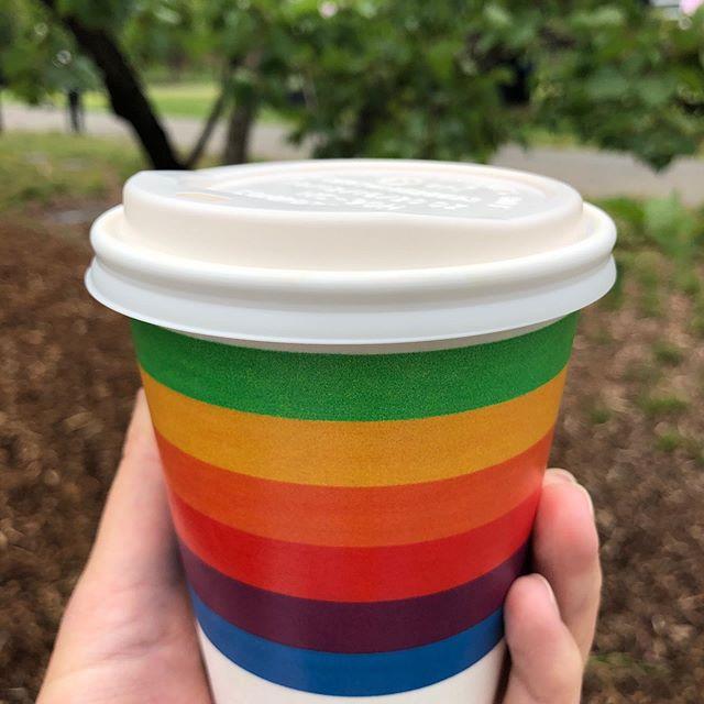 Vaso con los colores del arcoíris del logo de Apple