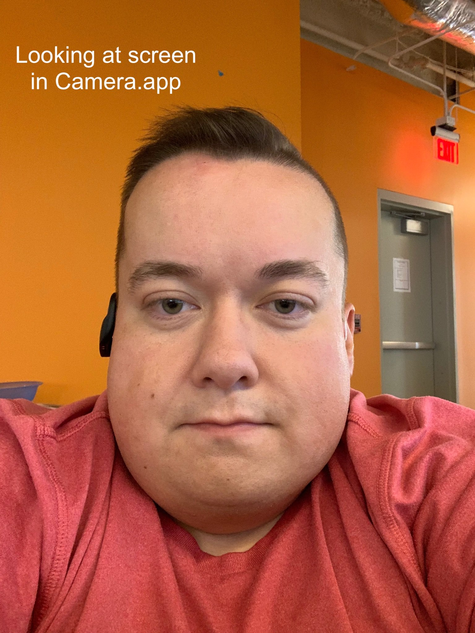 Usuario mirando a la pantalla de un iPhone durante una llamada de FaceTime