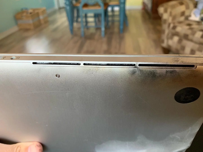 MacBook Pro de 15 pulgadas del 2015 quemado por un problema en su batería.