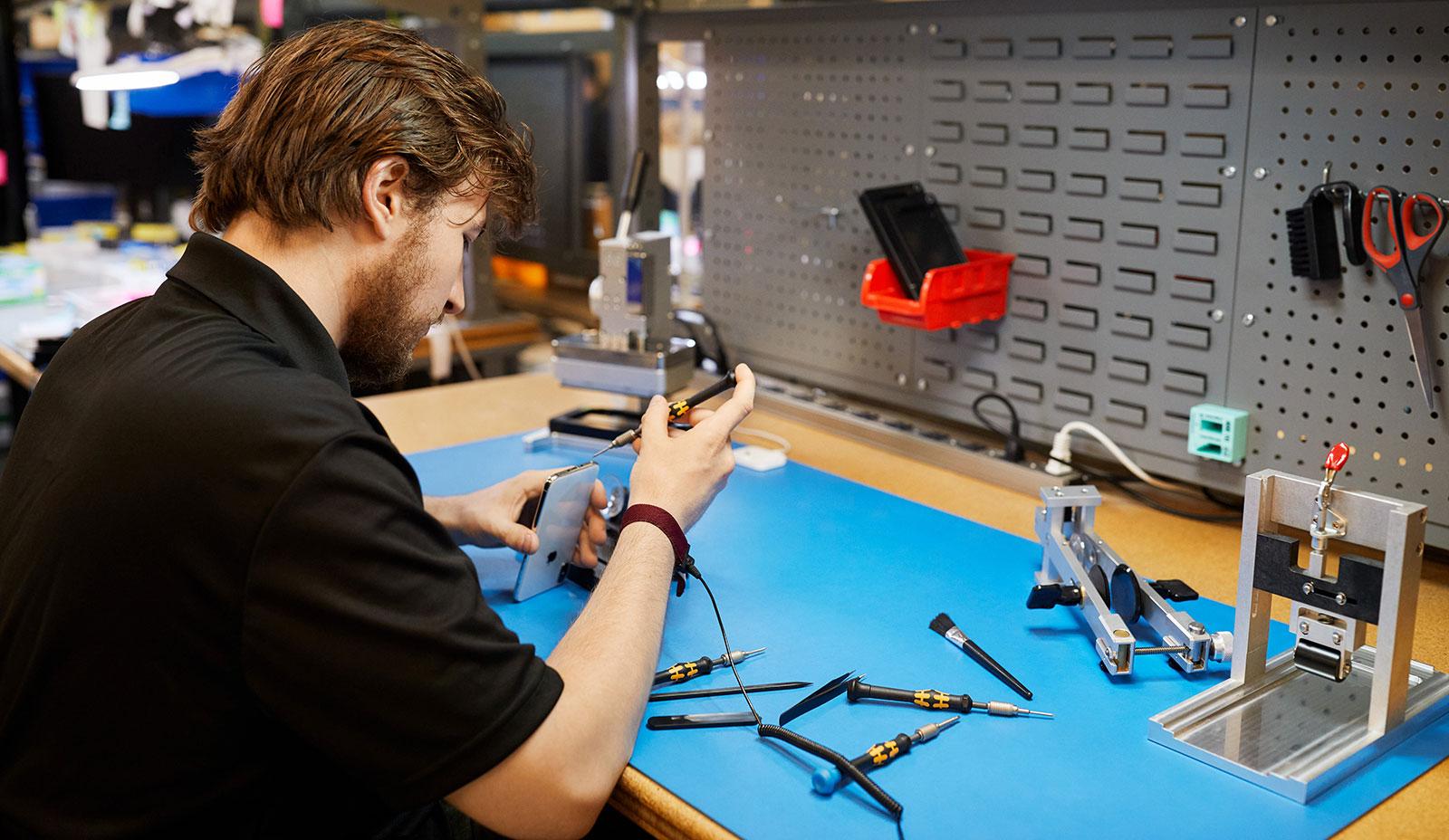 Reparando un iPhone en un centro ajeno a Apple, pero autorizado