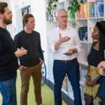 Tim Cook visitando la compañia alemana Blinkist, en Berlín.