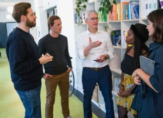 Tim Cook visitando la empresa alemana Blinkist, en Berlín.