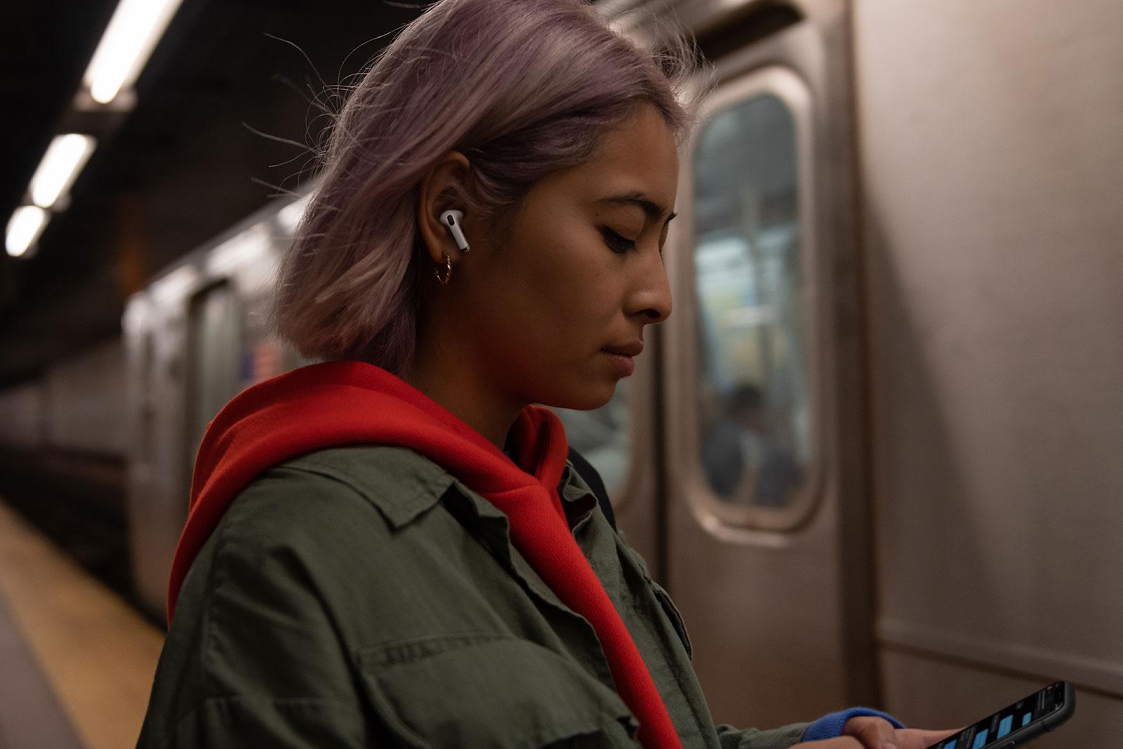 Utilizando los AirPods Pro en el metro de Nueva York