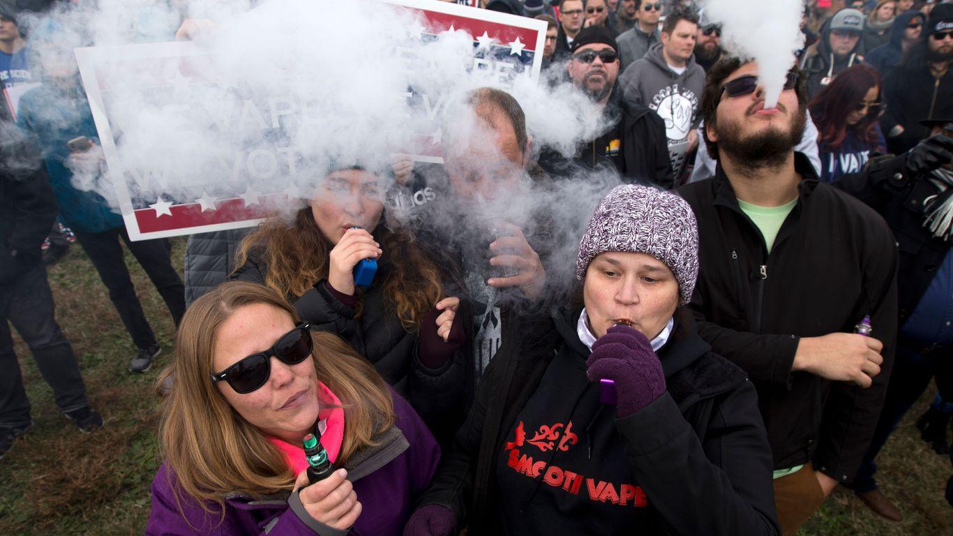 Personas en una manifestación que defiente el derecho a vapear en las inmediaciones de la Casa Blanca, protestando por una propuesta del gobierno para ilegalizar el vapeo el día 9 de Noviembre de 2019. Foto de Jose Luís Magana / AFP, vía Getty Images
