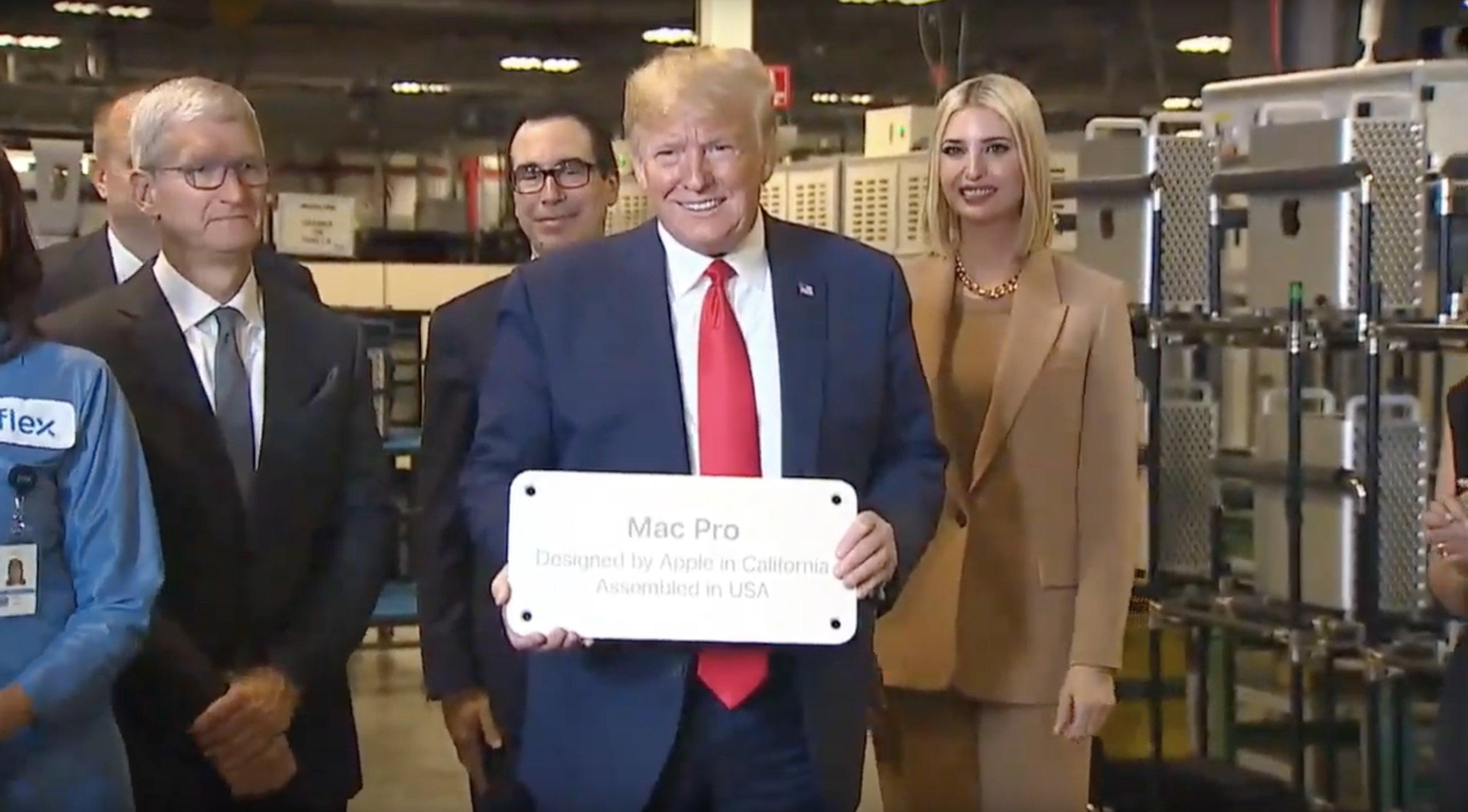 Donald Trump visitando la fábrica del Mac Pro en Austin, Texas, junto a Tim Cook