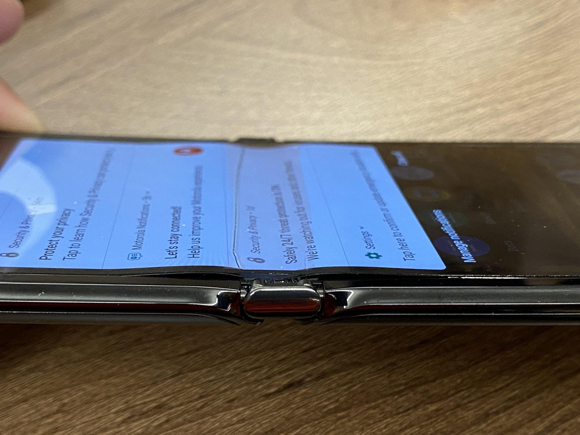 Motorola Razr con la pantalla mostrando holgura en el pliegue