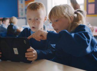Niños aprendiendo a programar con Swift Playgrounds en un iPad