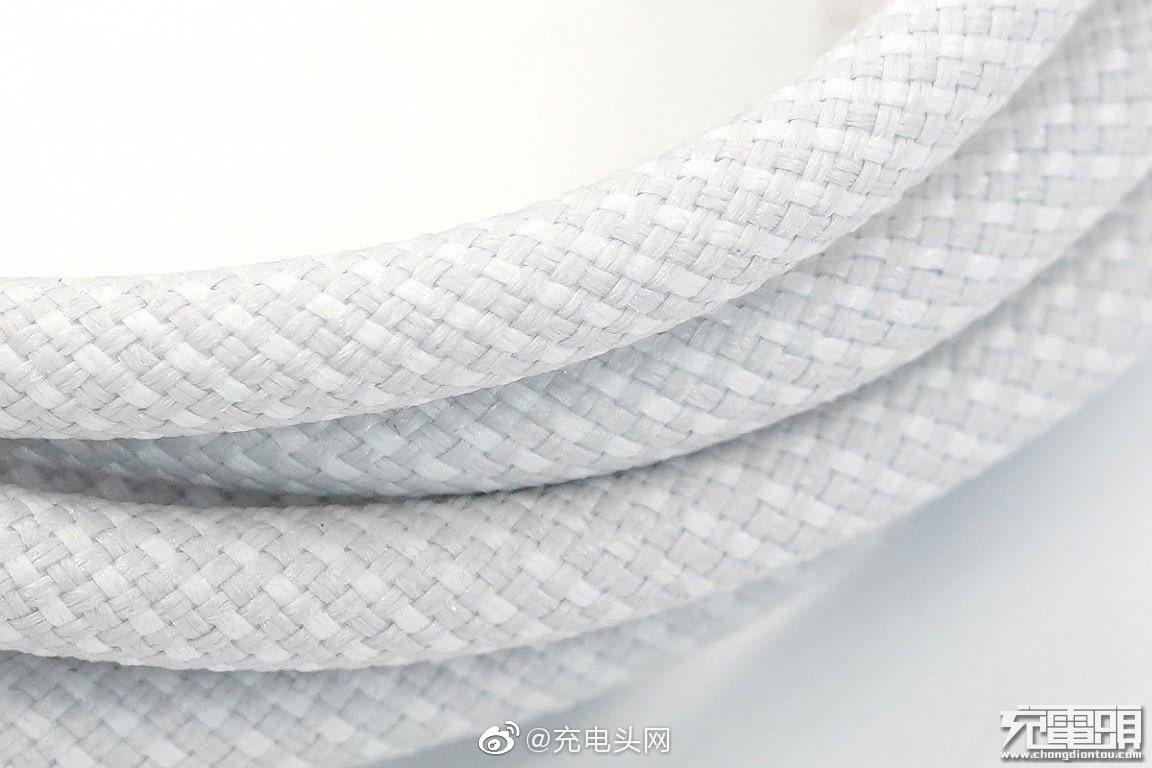 Supuesto cable USB con protección de tela