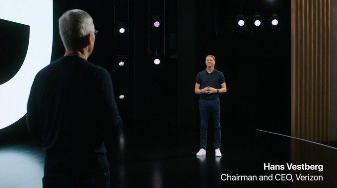 Tim Cook y el CEO de Verizon, Hans Vestberg, guardando la distancia social sobre el escenario del Steve Jobs Theater