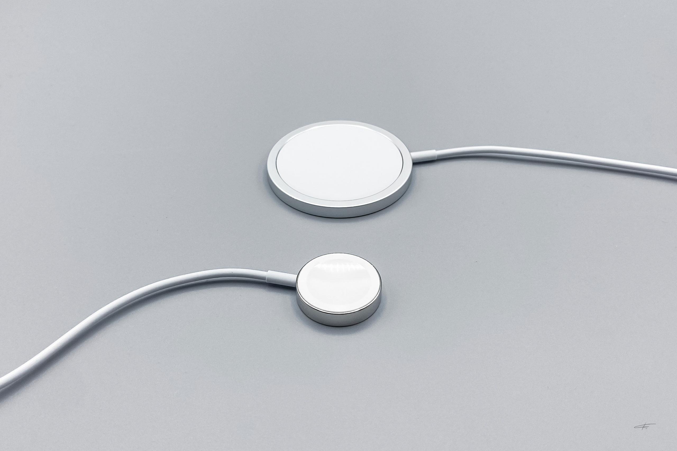 Adaptador de carga inalámbrica MagSafe del iPhone comparado con el cargador del Apple Watch