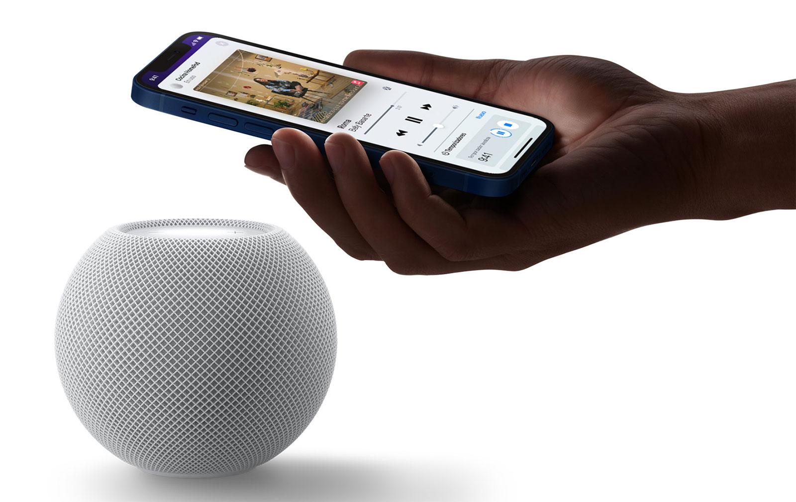 iPhone cerca del HomePod mini, utilizando el chip U1 Ultra Wideband