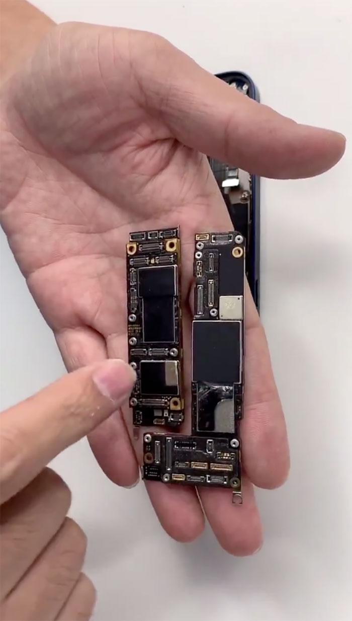 Placa base del iPhone 12 (derecha) comparada con la del iPhone 11, a la izquierda