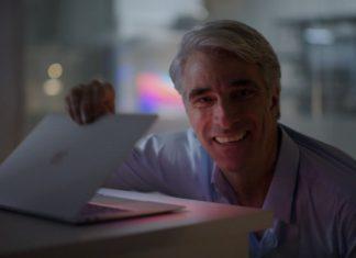 Craig Federighi abriendo su MacBook con procesador M1, en extasis porque se enciende instantáneamente