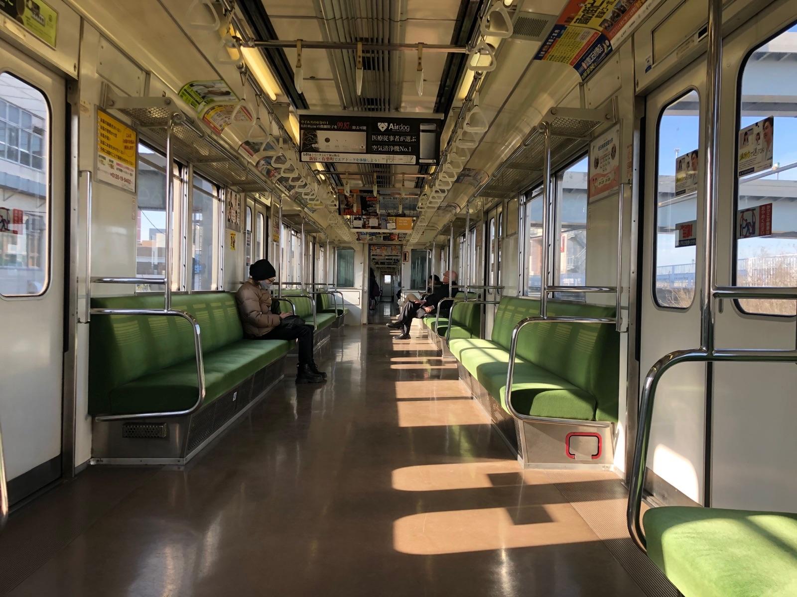 Interior del tren de la línea Tobu Skytree en Tokio, Japón