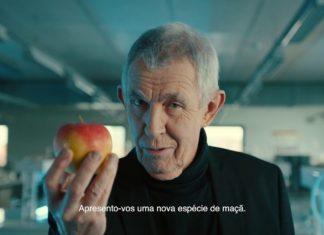 Señor que imita a Tim Cook con una manzana podrida en la mano