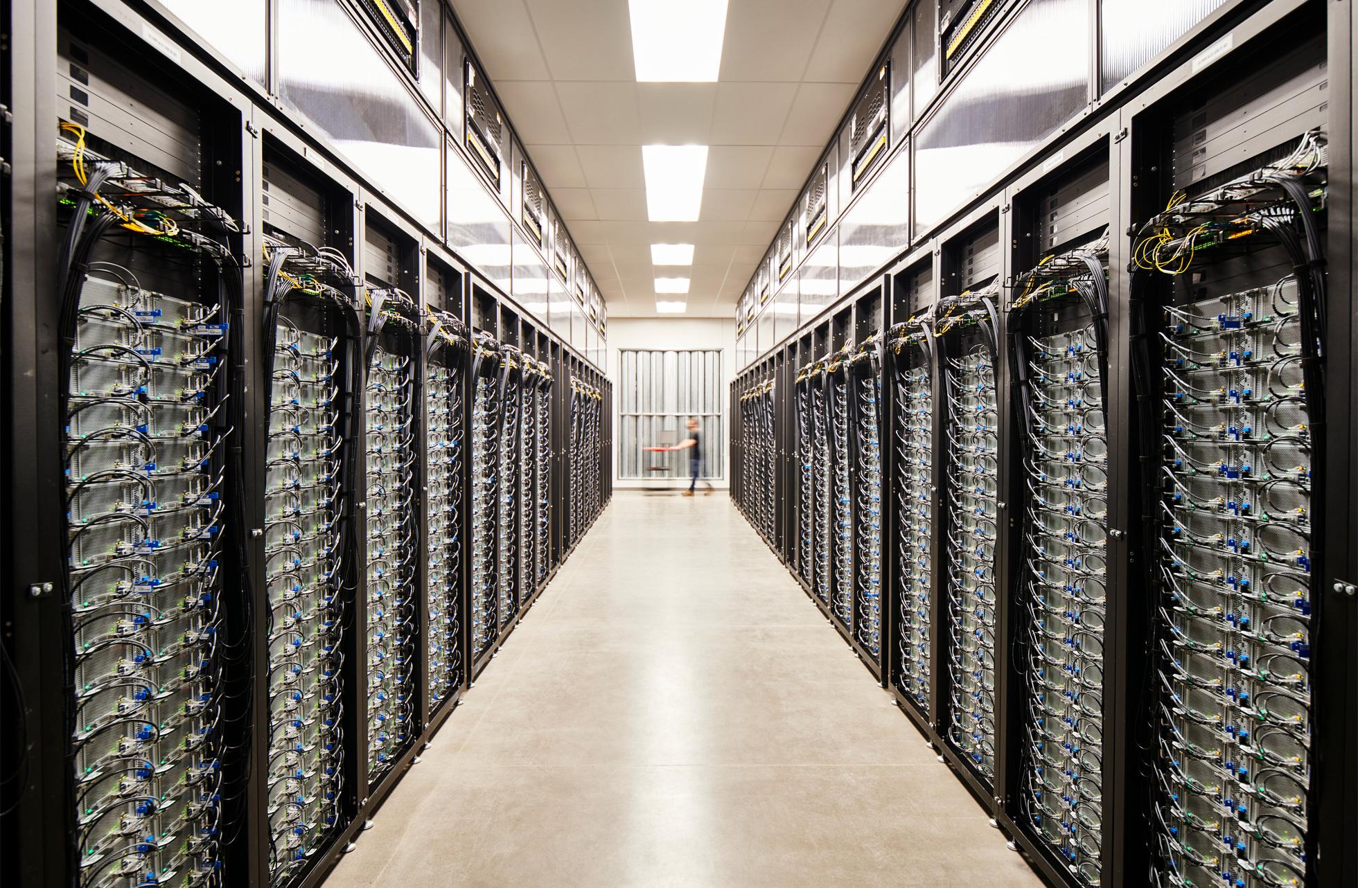 Centro de datos de Apple lleno de servidores, en Reno