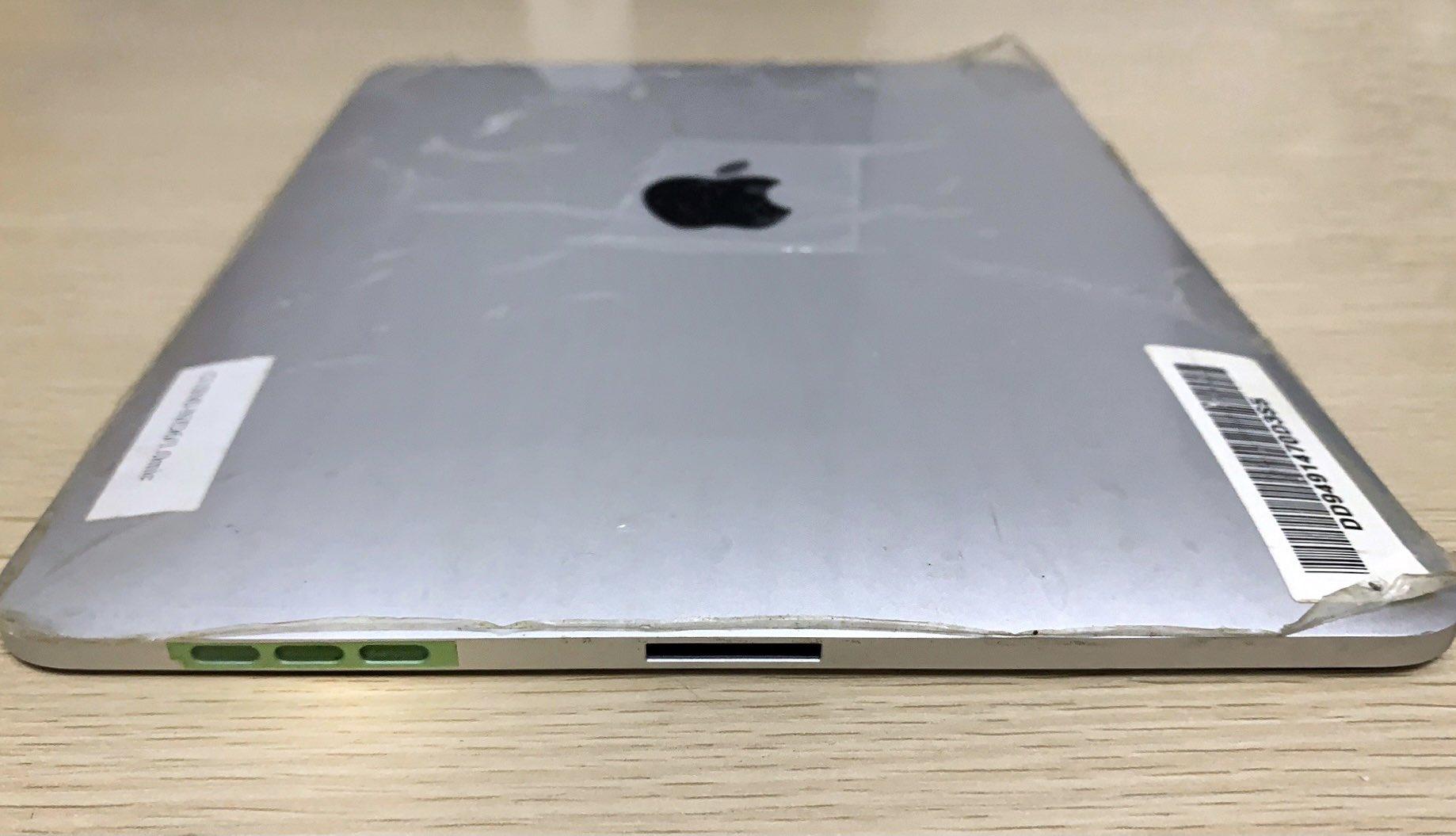 Prototipo de iPad original, de primera generación, con dos puertos Dock de 30 pin en lugar de uno como tuvo la versión final. El segundo puerto fue desestimado en la fase DVT, en el último momento