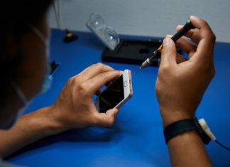 iPhone siendo reparado