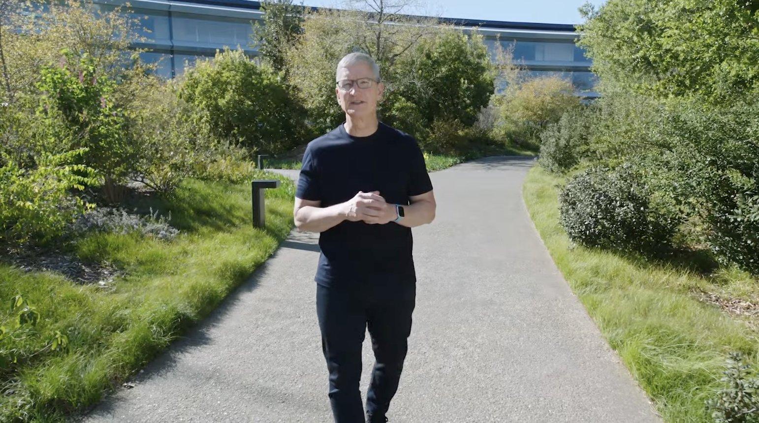 Tim Cook paseando por el Apple Park