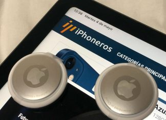 Dos AirTags en un iPad Air 4 con iPhoneros.com cargado