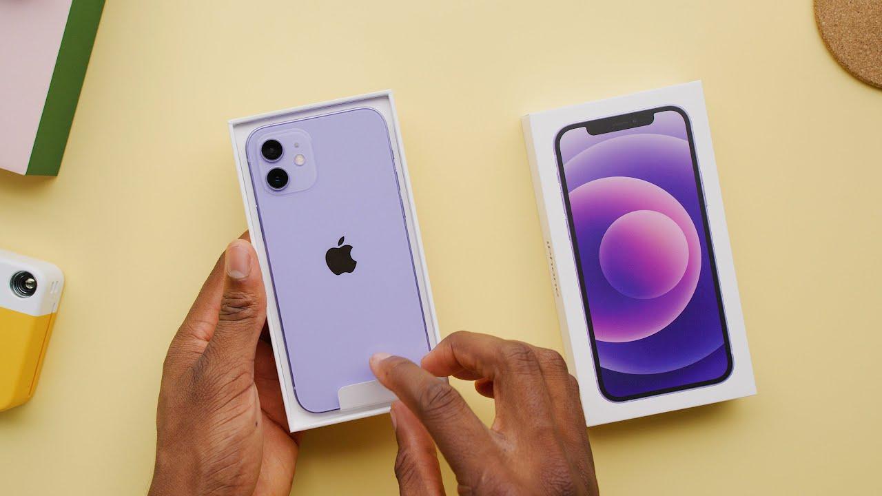 iPhone 12 color púrpura en un vídeo de Marques Brownlee.