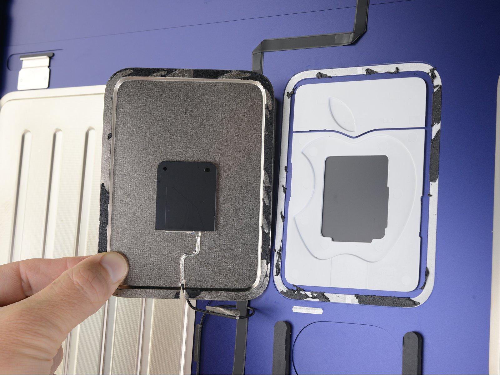 Antena escondida tras el logo de Apple en un iMac con M1