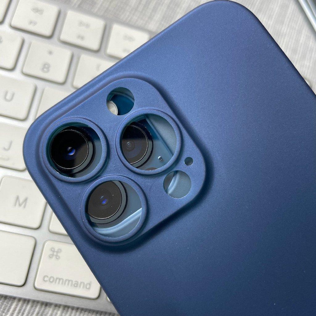 Funda para el supuesto iPhone 13 sobre un iPhone 12, muestra la diferencia de tamaño en las cámaras traseras