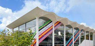 Tienda de Apple decorada con los colores de las naciones de su colección internacional de correas deportivas para el Apple Watch