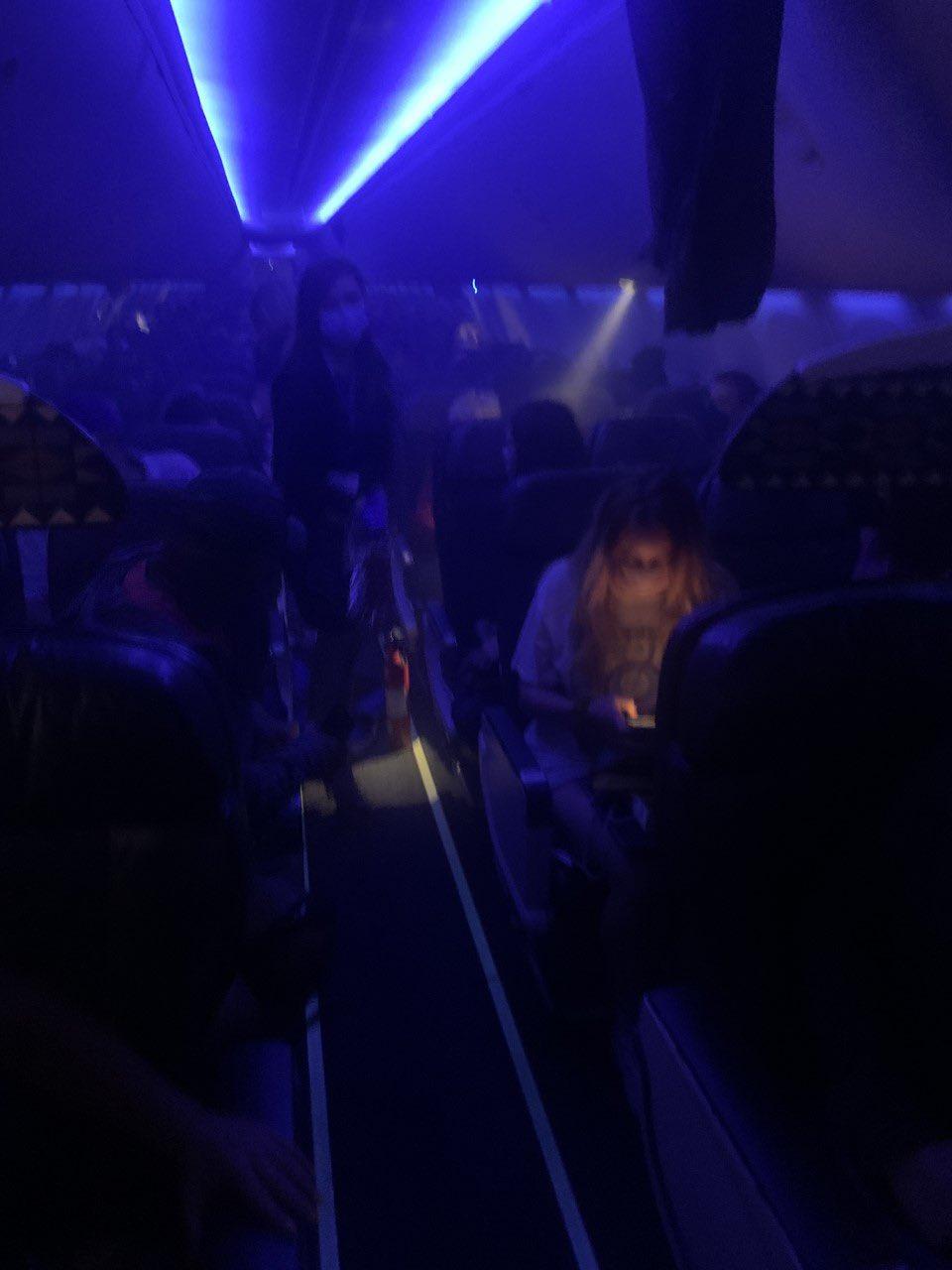 Foto del Avión con el smartphone accidentado y humo en la cabina
