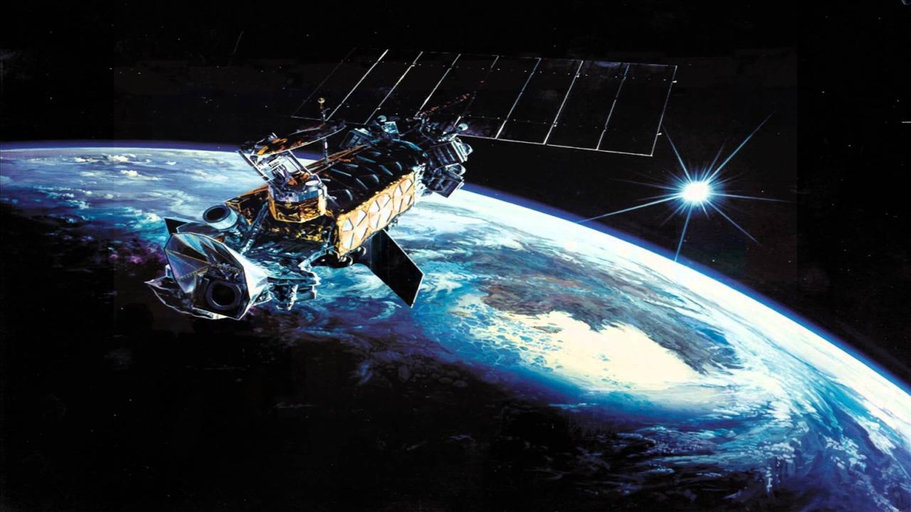Satélite de comunicaciones en la órbita terrestre (representación, imagen no real)