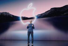 Tim Cook en la presentación del iPhone 13, delante del logo de Apple en el Steve Jobs Theater